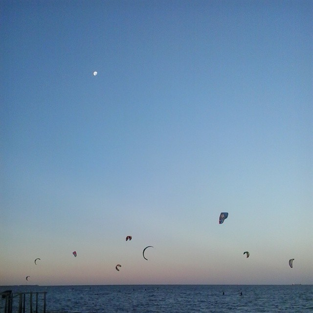 La mejor hora para el #kitesurf #kiteboard #clubkitelatam  #riodelaplata @greenparrot #greenparrotbar #argentina #BuenosAires