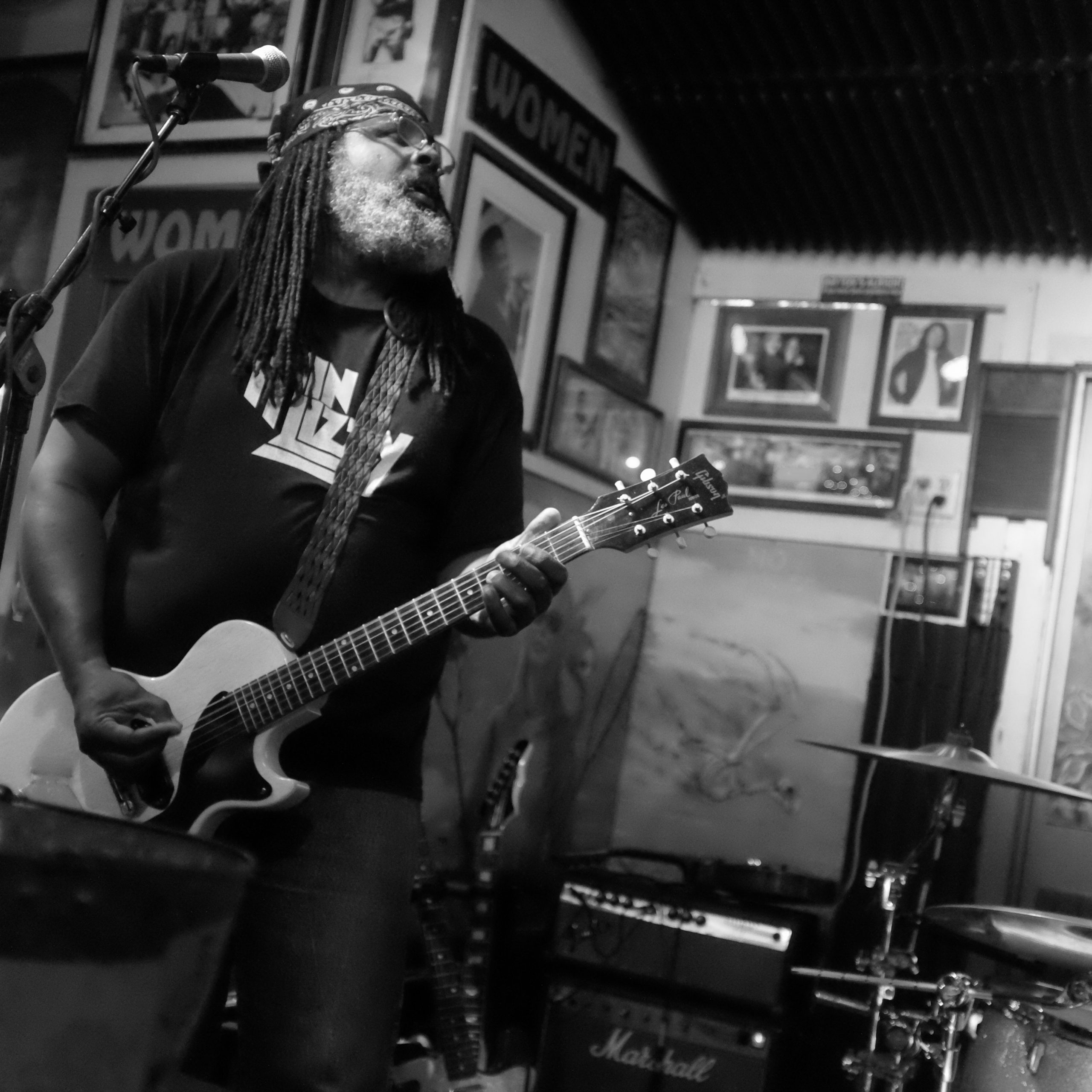 Alvin Youngblood Hart at The green parrot bar in key west
