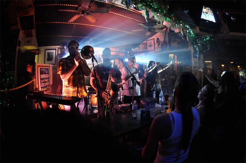 Suenalo plays green parrot bar